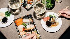 Noen ganger er det helt riktig å tenke innenfor boksen. Her kommer seks viner som kler sushi uforskammet godt.