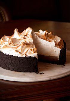 Syntisen hyvää sveitsiläistä marenkia ja suussasulavaa suklaata. #suklaakakku #marenki #indulging #meringue