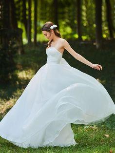e64e3bfa7192e Floor-Length Ball Gown Bowknot Strapless Garden Outdoor Wedding Dress. ガーデン ウェディングドレスウェディング ...