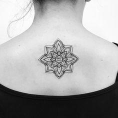 Tatuagem feita por Tiago Dhone de Curitiba. Mandala nas costas perto do pescoço.