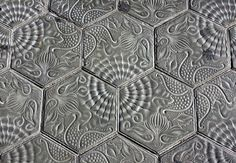 Fíjate dónde pisas en el Paseo de Gracia! Esas baldosas hexagonales que pisas crean un efecto de alfombra y son diseño de Gaudí, que las creó con motivos vegetales para el pavimento de la casa Batlló, aunque finalmente las situó en la Pedrera. Más tarde, se recuperaron para decorar las aceras de la calle más modernista de Barcelona.