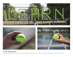 テニスボールだけで作られた、テニススクールのアウトドア広告