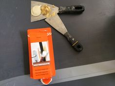 [Handig stappenplan!] Tegels verven met betonverf - Verfwebwinkel.nl Building Materials, Epoxy, Toilet, Interior, Lifestyle, Bathroom, Painting, Construction Materials, Washroom