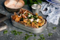 Kryddig, panerad och friterad broccoli är himmelskt gott, och påminner faktiskt förvånansvärt mycket om friterade chicken wings. Alldeles lagom heta och kryddiga med sambal oelek i paneringen, och så en god sås att dippa i!