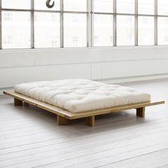 Futonbett Japan wird aus massiver Kiefer gefertigt und ist in unbehandelt oder honig bzw. schwarz lackiert erhältlich. Schlichtes Futonbett für den preisbewussten Einstieg. Das Bett wird inklusive Stecklatten geliefert, daher ist ein...