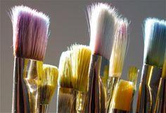 Cómo restaurar brochas y pinceles secos con pintura al óleo o acrílica con base al agua y cuándo sale más rentable comprar uno nuevo que intentar limpiarlo.
