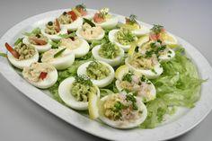 Æggene koges til hårdkogte æg 2 til hver slags. <BR> <BR> <BR> <BR> <BR> Lakseæg: <BR> Pil 2 hårdkogte æg og del dem i halve. Tag æggeblommerne ud og mos dem. Rør de moste blommer sammen