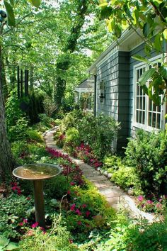 cottage garten ppiger Gartenweg in Kansas City, Missouri Entwurf / Foto: RDM Architecture o . Garden Cottage, Lush Garden, Dream Garden, Garden Path, Shaded Garden, Garden Villa, Garden Sheds, Garden Tips, Picket Fence Garden