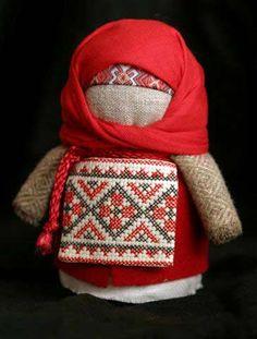 """Крупеничка - это русская народная тряпичная кукла. Иногда ее еще называют """"Зернушка"""", """"Рупеничка"""" или """"Горошинка"""". Эта куколка была в каждой семье, она служила важным оберегом в доме на достаток, сытость, хороший урожай.  Осенью, когда собирали семья собирала урожай, делали такую куколку и наполняли её собранным зерном. Всю зиму куколка хранилась в доме, обычно в красном углу. Крупеничку наполняли пшеницей, гречкой или другим зерном."""