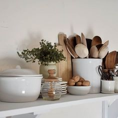 Would you love to always have a clean kitchen? I personally love having a clean kitchen and today, I share my tips on ways that I manage to have a clean, neat and tidy kitchen throughout the day. Tidy Kitchen, Kitchen Styling, Kitchen Dining, Kitchen Decor, Küchen Design, House Design, Country Look, Home And Deco, Kitchen Interior