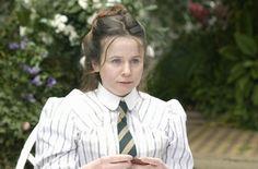 miss potter ❤•♥.•:*´¨`*:•♥•❤ Emily Watson as Millie Warne.