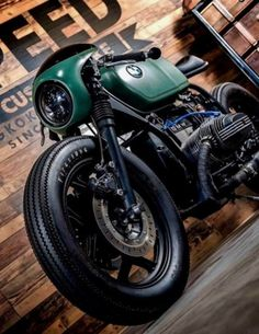 BMW Motorrad Customs: Motorcycle workshops and bike builders/makers, with expertise in building and working with custom BMW motorcycles/motorbikes. Bmw Cafe Racer, Estilo Cafe Racer, Cafe Racer Motorcycle, Women Motorcycle, Motorcycle Gear, Motor Cafe Racer, Bike Bmw, Cafe Bike, Bmw Motorcycles