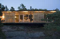 Completed in 2005 in Kustavi, Finland. Images by Vesa Loikas . A bedrock plot in the Turku archipelago, southfacing onto a beautiful seaview. The starting point for the building plans for the island plot was to. Lappland, Prefab Homes, Log Homes, Retreat House, Cottage Plan, Modern Cottage, Pink Houses, Seaside, Exterior
