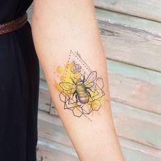 tattoos 21 cute bumble bee tattoo ideas for girls beetattoo tattooart tattoodesigns girlstattoos Bumble Bee Tattoo, Honey Bee Tattoo, Tattoos A Color, Body Art Tattoos, Small Tattoos, Cool Tattoos, Tatoos, Arrow Tattoos, Temporary Tattoos