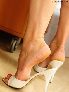 22 High Heel Mules To Copy Today – gf - Touching and Emotional Image High Heel Mule Shoes, Cool High Heels, Beautiful High Heels, Open Toe High Heels, Sexy Legs And Heels, Gorgeous Feet, Hot Heels, High Heels Stilettos, Mules Shoes