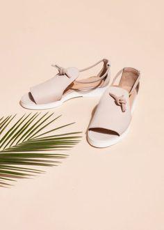 sandales plates femme design en cuir beige