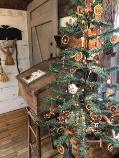 Christmas Room, Prim Christmas, Christmas Mantels, Simple Christmas, Christmas Decorations, White Christmas, Christmas Trees, Xmas, Holiday Decor