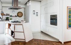 O desenho inusitado do arquiteto Thiago Passos deu à ilha central ar contemporâneo e despojado. O armário tem portas com aberturas desencontradas