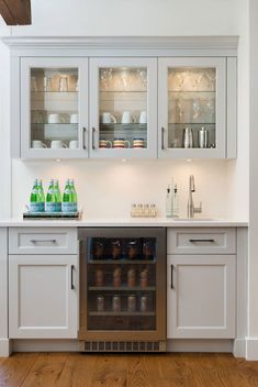 Basement kitchenettes are starting to gain popularity. Many homeowners are including a basement kitchenette in their basement renovation plans. Kitchen Decor, Home Wet Bar, Bars For Home, Kitchen Bar Design, Kitchen Remodel, Dining Room Bar, Basement Kitchenette, Kitchen And Kitchenette, Basement Kitchen