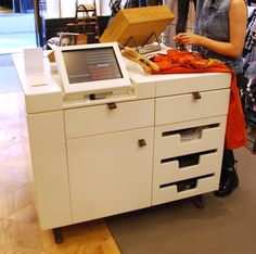 Cash desk storage - drawers for tissue paper and bags Cash Counter, Retail Counter, Visual Merchandising, Cash Wrap, Trade Center, Mantecaditos, Museum Store, Retail Concepts, Retail Store Design