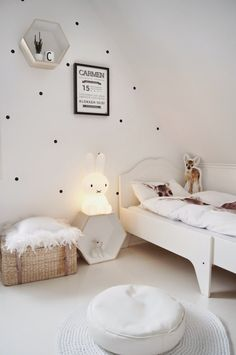 Dotty walls and white kids room. Little kids room. Baby Bedroom, Girls Bedroom, Room Baby, White Kids Room, Kids Room Design, Nursery Design, Kid Spaces, Space Kids, Kids Decor