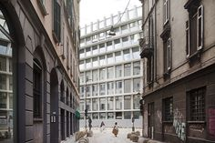 Image 6 of 9 from gallery of Feltrinelli Porta Volta / Herzog & de Meuron. Photograph by Filippo Romano Architecture Office, Contemporary Architecture, Office Buildings, Milan Wallpaper, Plan Maestro, Milan Travel, Milan Design Week 2017, Cafe Concept, Outdoor Settings