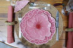 mood tropical com louça Flor de Hibisco, de Tania Bulhões