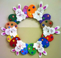 Easter wreath craft ideas We prepared a funny story and easy Easter wreath craft ideas for you lets check! Read the story then select your Easter wreath activity. Bunny Crafts, Easter Crafts For Kids, Spring Crafts, Holiday Crafts, Couronne Diy, Easter Art, Easter Decor, Easter Eggs, Easter Projects