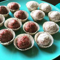 Nejchutnější RAW Kuličky! Vánoční cukroví | SimiLife Raw Vegan, Sweet Recipes, Muffin, Food And Drink, Low Carb, Vegetarian, Sweets, Cookies, Baking