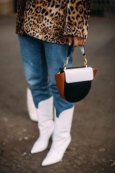 Paris Street Style Accessories Spring 2019 Day The best Street Style looks from the Paris Women's Spring 19 shows and fashion week. Spring Fashion Trends, Fashion Week, Daily Fashion, Fashion Handbags, Fashion Bags, Fashion Accessories, Paris Fashion, Cheap Fashion, Best Sneakers