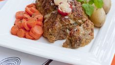 Perinteinen lihamureke saa lisämakua tuorejuustotäytteestä Meat Loaf, Chili, Food, Red Peppers, Beef Cobbler, Meatloaf, Chili Powder, Chilis, Essen