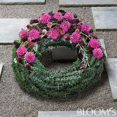 Funeral Flower Arrangements, Funeral Flowers, Christmas Wreaths, Christmas Crafts, Funeral Sprays, Funeral Tributes, Sympathy Flowers, Ikebana, Garden Projects