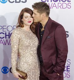 Jensen gives a pregnant Danneel  @ Kiss at the January 10th 2013 People Choice Awards