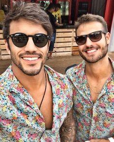 """O verdadeiro significado de """"tanto faz"""" 😂 Não importa o modelo escolhido, o estilo é garantido de #RayBan ✨ O que acharam da escolha dos meninos @acoelhoa87 e @viniciussfreiree ?!😎🔝 Nós adoramos!!! #envyotica"""
