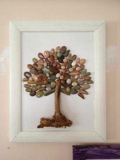 Mit Steinen und Zweigen einen Baum gestalten