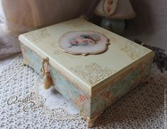 "Angella Pinch Большая шкатулка ""В окружении роз"" - шкатулка для документов Shabby Vintage, Shabby Chic, Altered Cigar Boxes, Sewing Case, Decoupage Box, Bottle Box, Wood Boxes, Furniture Makeover, Diy And Crafts"