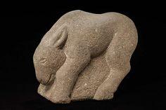 Fue creado por John B. Flannagan esta hecho de granite, es un burro (si ya no estaba claro). En sus obras le gustaba relacionar el objeto que iba a esculpir y la material de que lo iba a hacer en este caso, de granite como es bastante dificil trabajar y los burros son caracteristicamente tercos. Me gusto por la posicion esta como si fuera que alguien e esta tirando del cuello con una cuerda para que ande, en vez de estar tan solo de pie.
