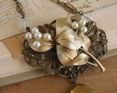 Shabby Chic Assemblage medaglione collana - collana vintage riproposto perla spilla-