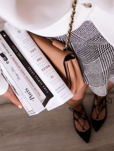 Must read books for Every Girl Boss - Danielle Vella - Melbourne Lifestyle and B. Must read books Melbourne, I Love Books, Books To Read, Foto Casual, Jessica Day, Book Aesthetic, Cream Aesthetic, Book Photography, Dreamy Photography