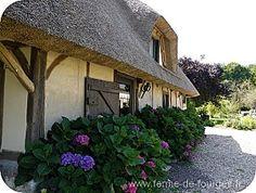 Située à Flancourt Catelon, en Normandie, au cœur d'une jolie vallée, dans une propriété de 20 hectares, à 1H30 de Paris(A13), 30 minutes de Rouen, 45 min de Deauville et Honfleur, la chaumière est une location saisonnière de charme entièrement indépendante qui vous accueille toute l'année. Vous pourrez prendre vos déjeuner dans le jardin, ou sous l'avancée en chaume, en admirant les champs environnants et la forêt si le soleil est au rendez vous.