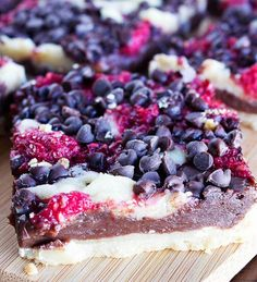 Dark Chocolate Raspberry Pie Bars « These bars are very simple to make, perfect dessert for a newbie baker! Pie Crumble, Mini Chocolate Chips, Raspberry Chocolate, Recipe For 4, Cookies Et Biscuits, Cheesecake, Snacks, Baking, Ethnic Recipes