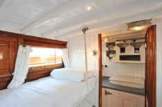 Boats for Sale Sailboat Interior, Yacht Interior, Interior Design, Living On A Boat, Small Living, Power Boats For Sale, Boat Fashion, Boat Projects, Beach Bungalows