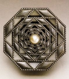 An early Art Deco rose brooch, by René Lalique, 1910-1915. Lalique embraced the shifting tide of design after 1900 from overtly naturalistic decoration to increasingly abstract and geometric forms, as in this brooch. Source: Artistic Luxury - Fabergé Tiffany Lalique #Lalique #ArtDeco #brooch