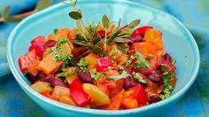 En stor gryte med masse gode råvarer lager seg selv bare ved å stå å putre på ovnen. Couscous, Fruit Salad, Cantaloupe, Salsa, Healthy Recipes, Healthy Foods, Potatoes, Vegan, Vegetables