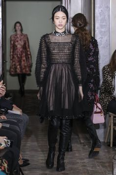 See all the Collection photos from Valentino Autumn/Winter 2017 Pre-Fall now on British Vogue Estilo Fashion, All Fashion, Fashion Week, Fashion 2017, Ideias Fashion, Fashion Show, Autumn Fashion, Fashion Design, Vogue Mexico