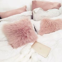 Messy beds for the win ☁️ ( :@kate.lavie)