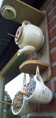 Love the teapot bird house Diy Bird Feeder, Bird Houses Diy, Garden Animals, Bird Boxes, Craft Sale, Winter Garden, Yard Art, Diy For Kids, Tea Pots