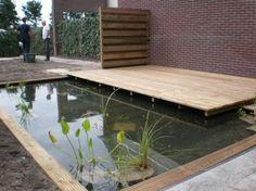 Strakke vijver met houten vlonder terras. Aangelegd door Rino Bosma Groenprojecten.