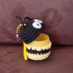 Nun mal was kleines für Zwischendurch ;-)  Ein umhäkeltes Ü-Ei als Schlüsselanhänger, in dem man wunderbar kleine Dinge aufbewahren kann, z....