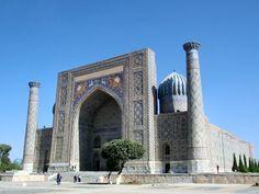 Samarkanda – Uzbekistán: una de las ciudades más antiguas aún habitadas. Está localizada en la Ruta de la Seda, entre China y Europa. En el siglo VIII fue sometida a control árabe. En el periodo Abásida obtiene el secreto de la fabricación de papel a partir de chinos capturados en la Batalla del Talas, 751. La invención se extendió al resto del mundo islámico, y de ahí a Europa / http://from-the-fareast.blogspot.com.br/2013/03/registan-in-samarkand-uzbekistan.html